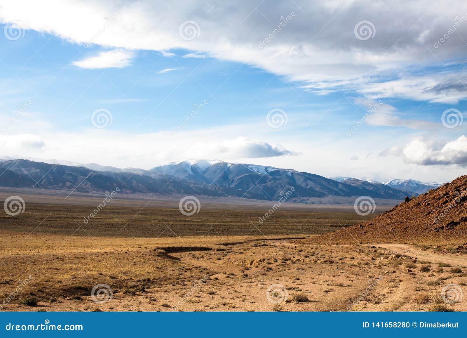 西部蒙古干草原的风景在山麓小丘的 旅行