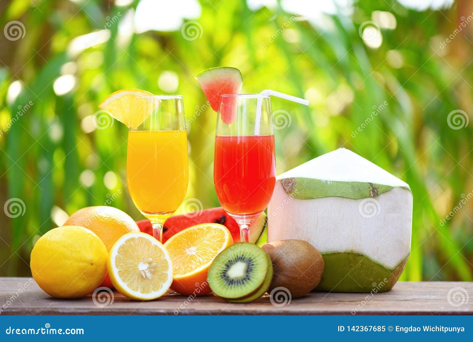 设置热带水果五颜六色和新鲜的夏天汁液玻璃健康食物