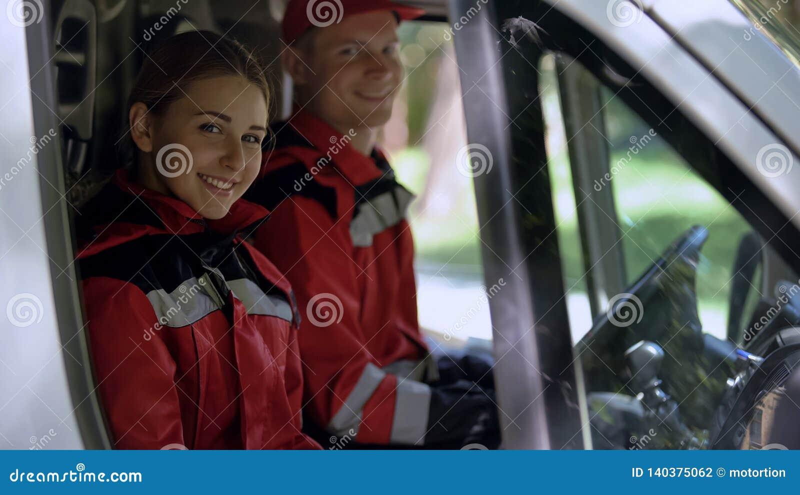 调查照相机的救护车乘员组,坐在运输,紧急情况服务