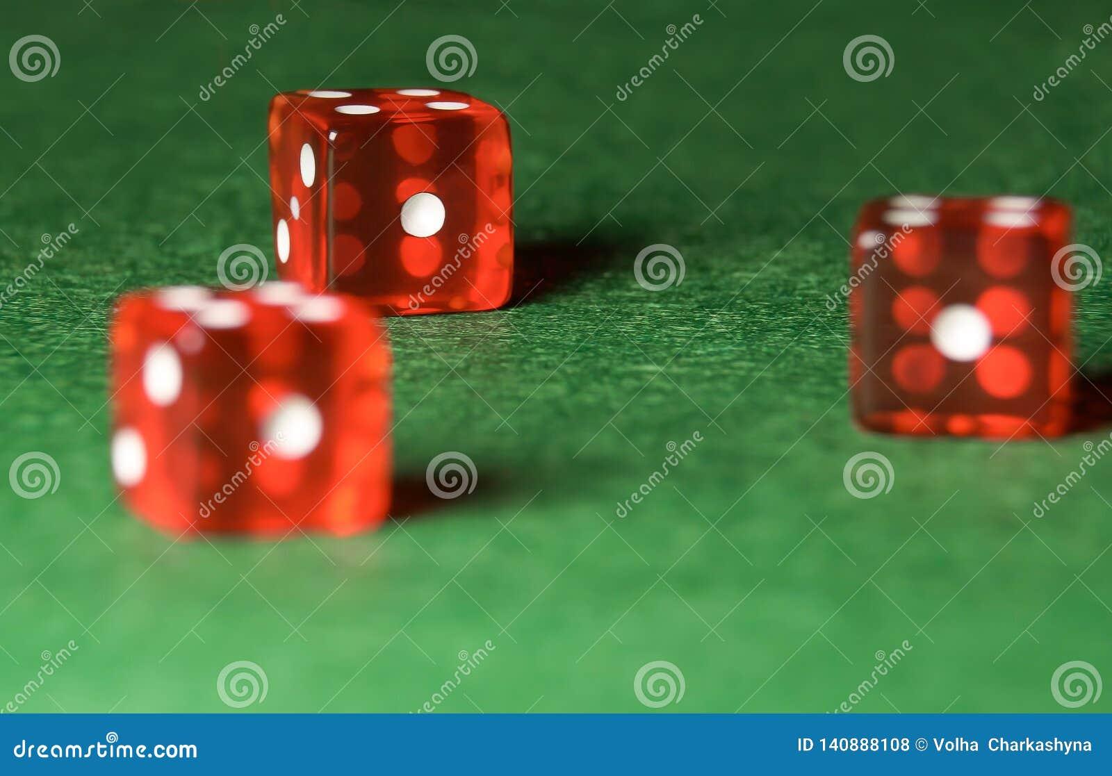 赌博娱乐场在绿色布料切成小方块 网上赌博的概念