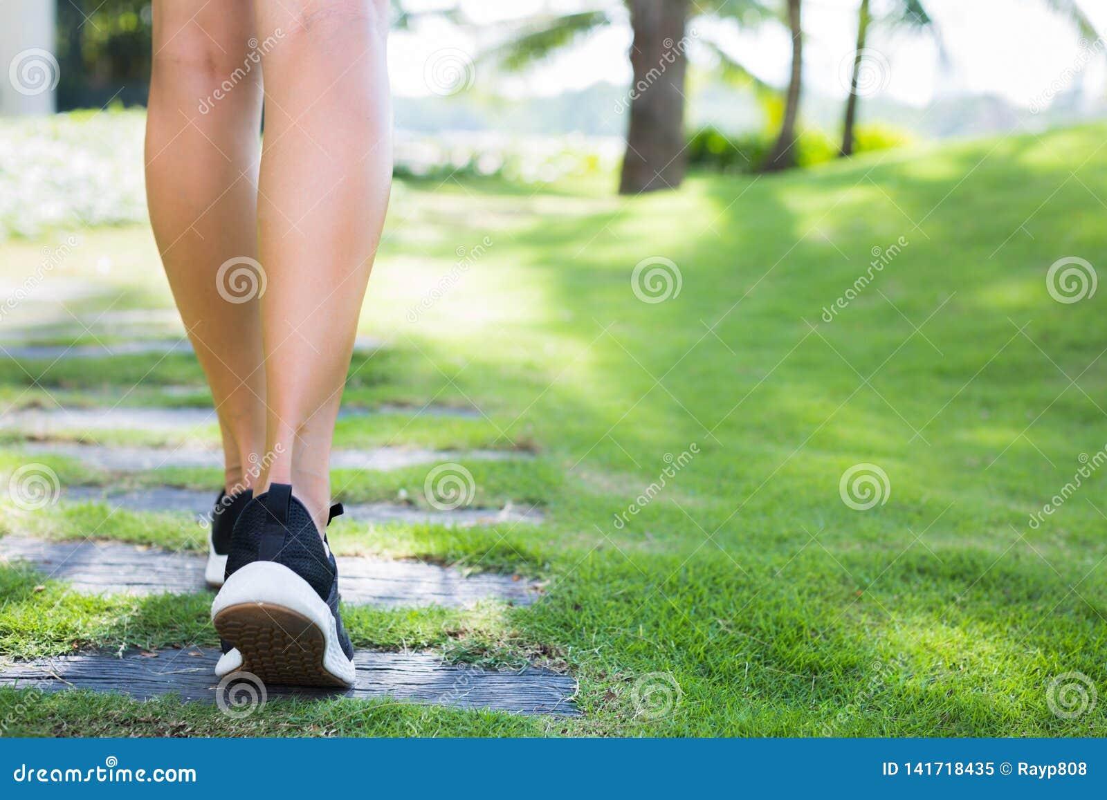 跑的妇女户外 行使在公园