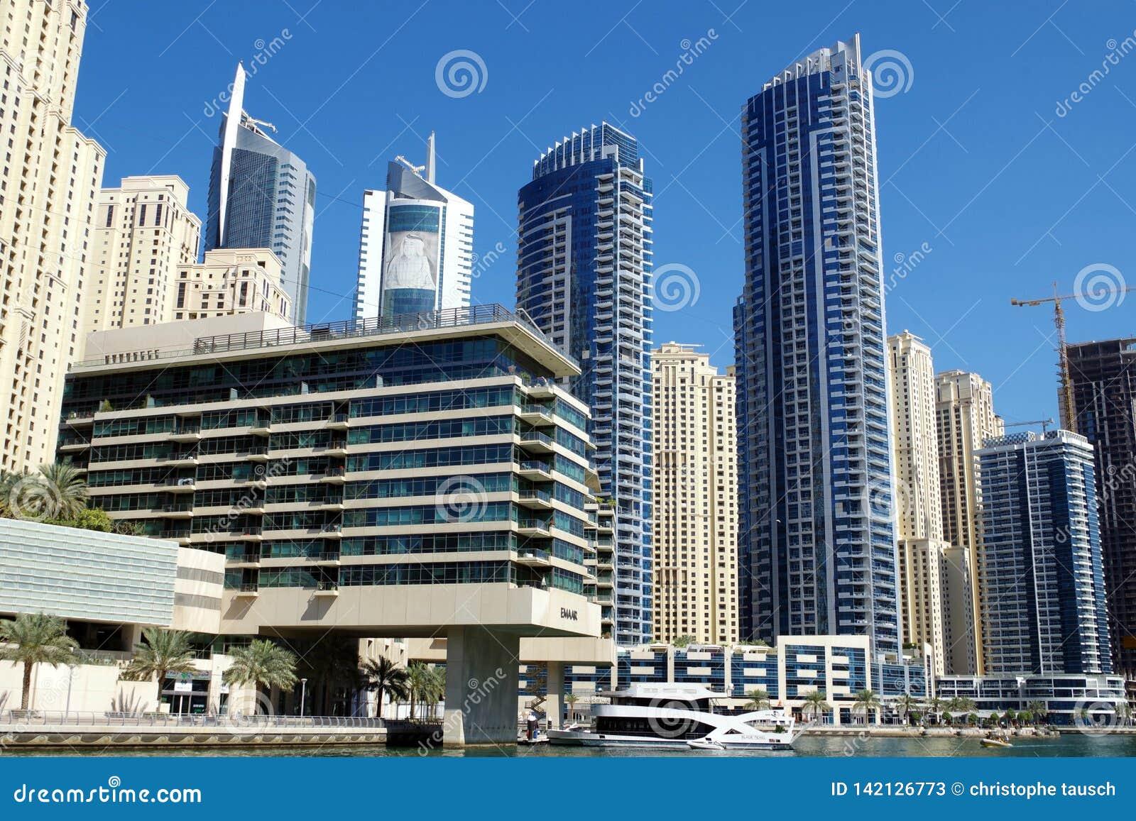 迪拜小游艇船坞的图片有摩天大楼和yatchs的 亡命国外者更喜欢区