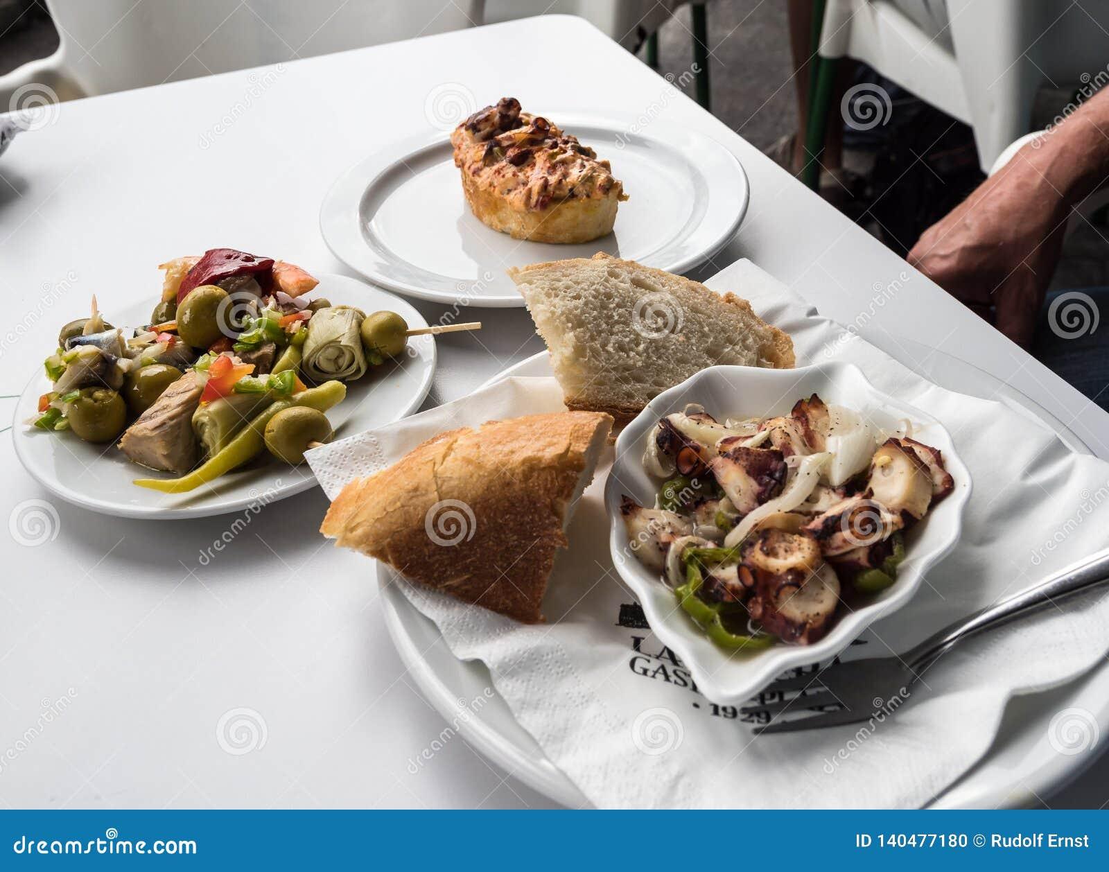 这些食物称Pinchos,并且它在La里贝拉,毕尔巴鄂,西班牙被采取了