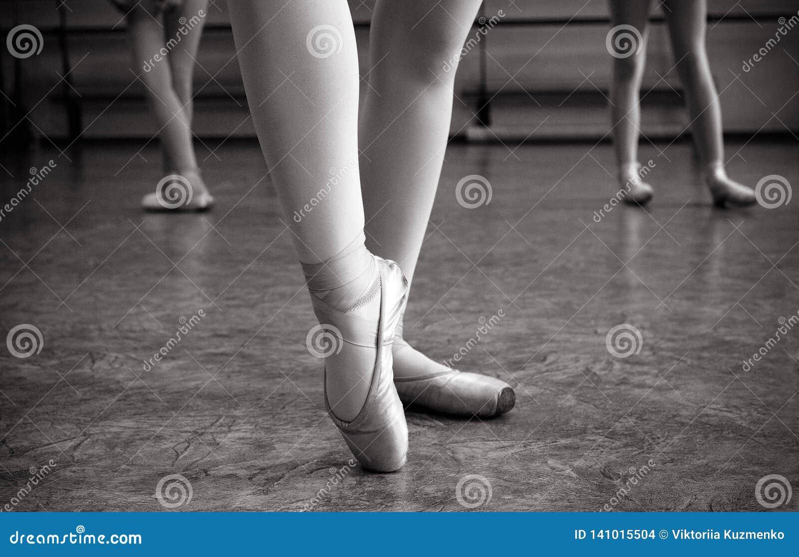 芭蕾舞女演员脚特写镜头在pointe鞋子的在舞厅里 葡萄酒摄影 一位芭蕾舞女演员的特写镜头在舞厅里