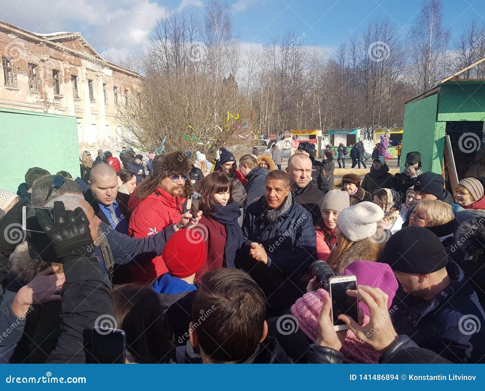 莫斯科地区,弗里亚济诺,Grebnevo庄园09 03 2009年:Samy Naceri法国参观庄园的出租汽车影片的星和演员