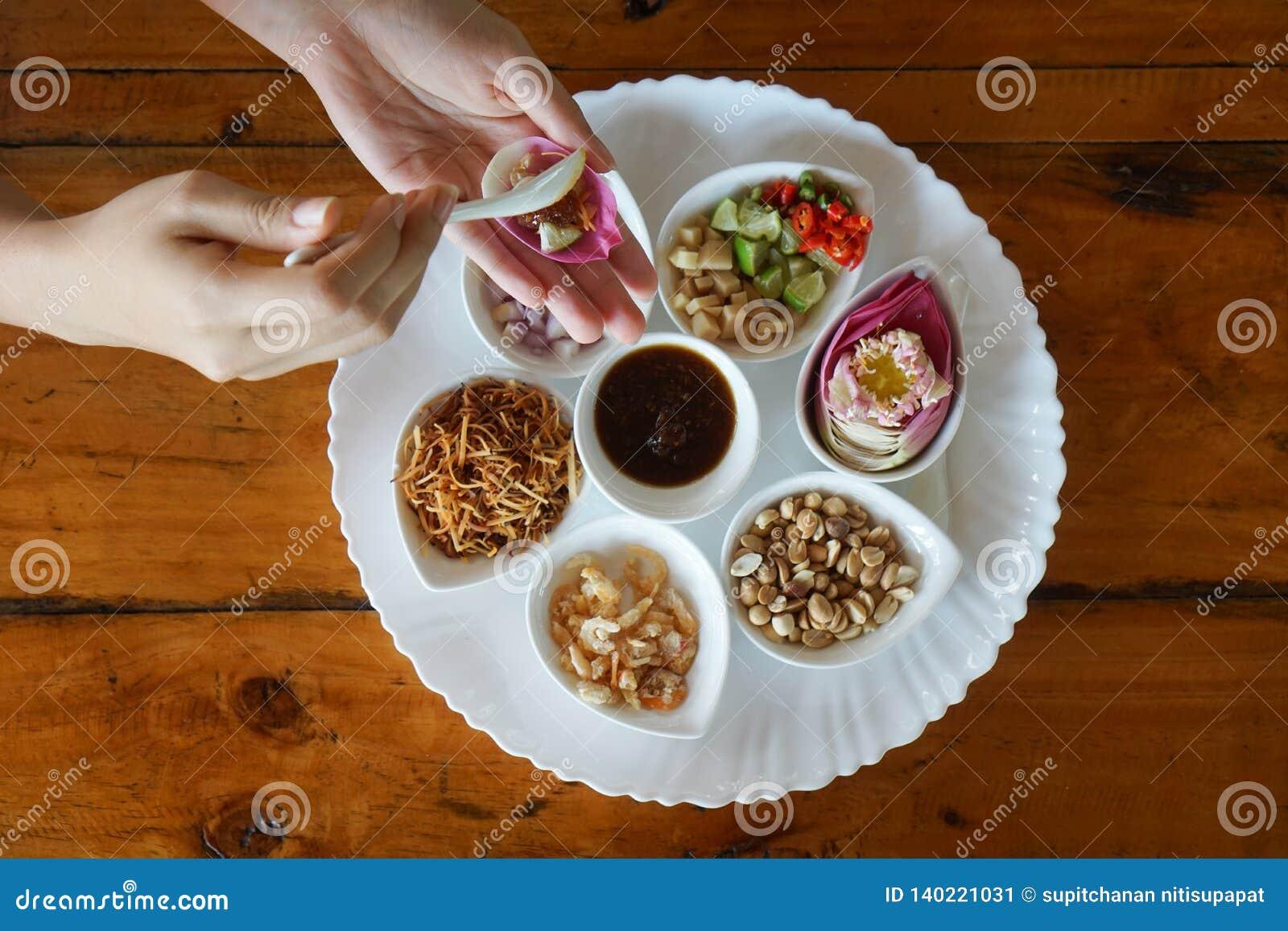 莲花叶子包裹了泰国食物