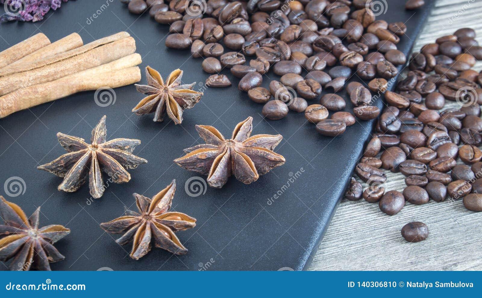 肉桂条、八角和咖啡豆 香料和食物在木背景 餐馆的成份