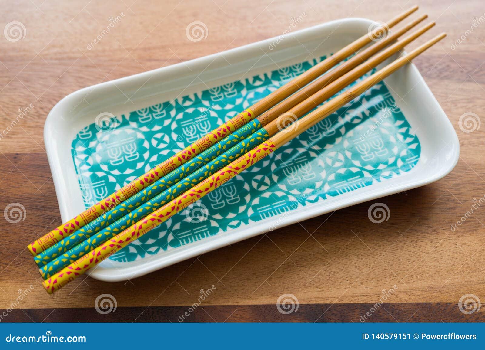 自然竹筷子和板材在木桌背景
