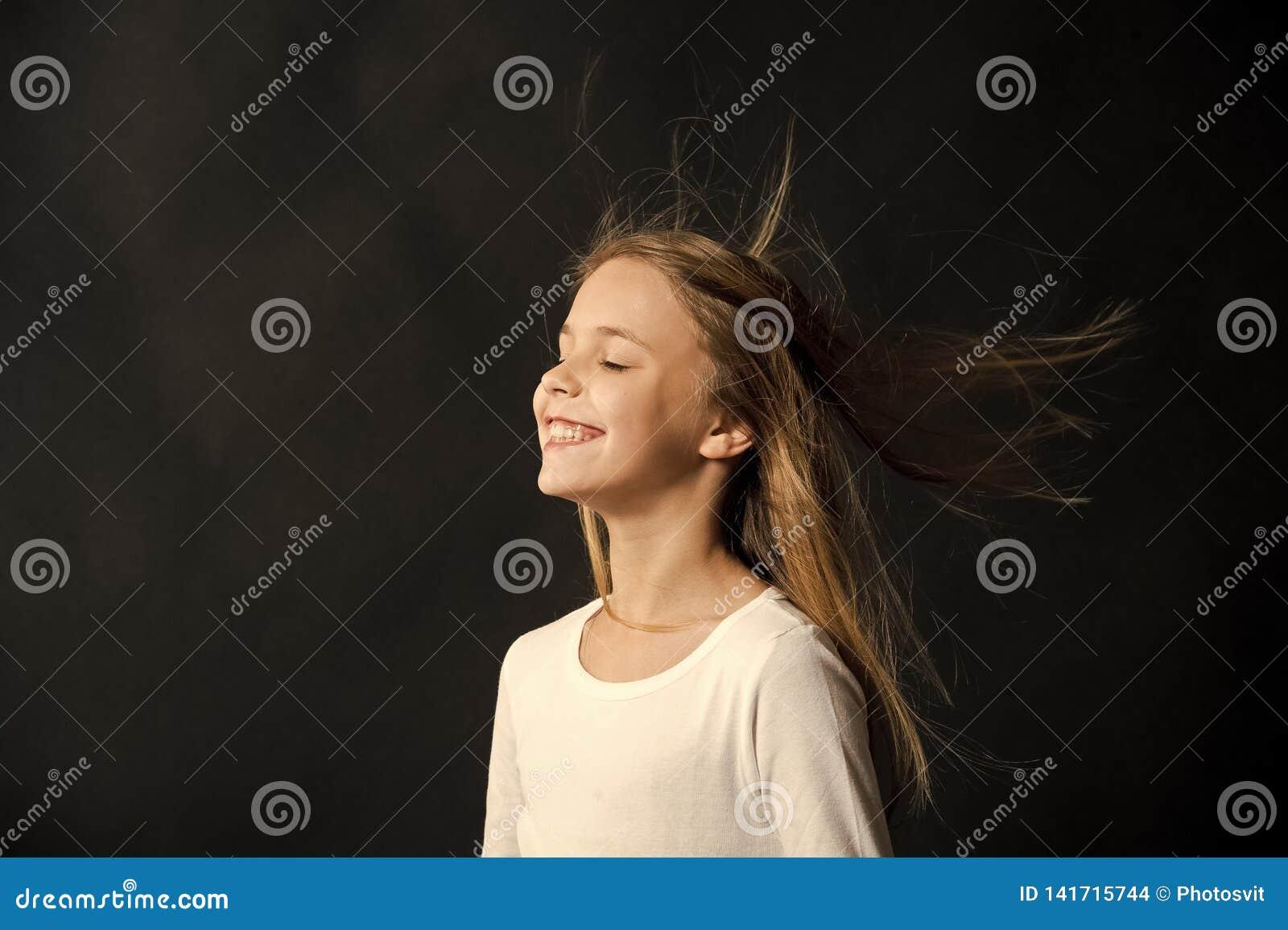 自然的头发 在空气,黑背景的女孩孩子长的头发飞行 有自然美好的健康发型的孩子
