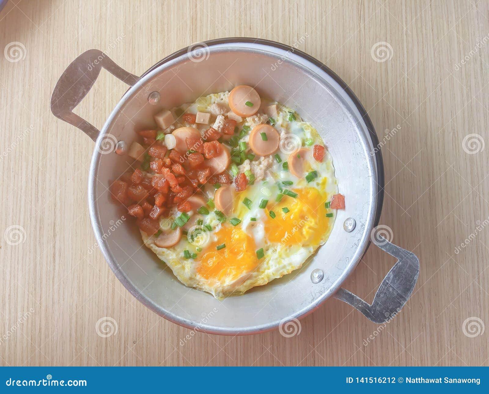 英式早餐包括荷包蛋、豆、烟肉和装饰品与芬芳