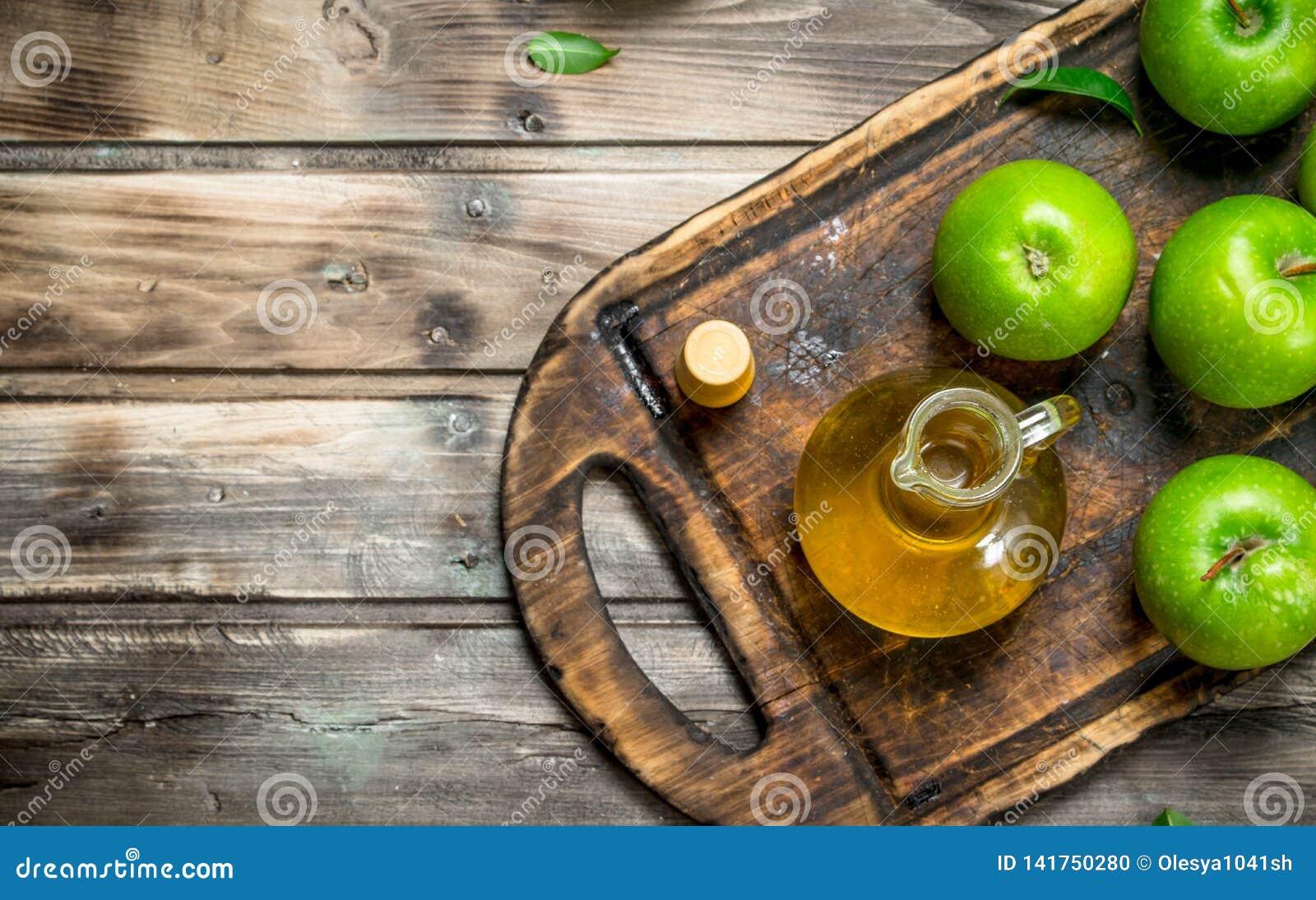 苹果汁醋用在一个老委员会的绿色苹果