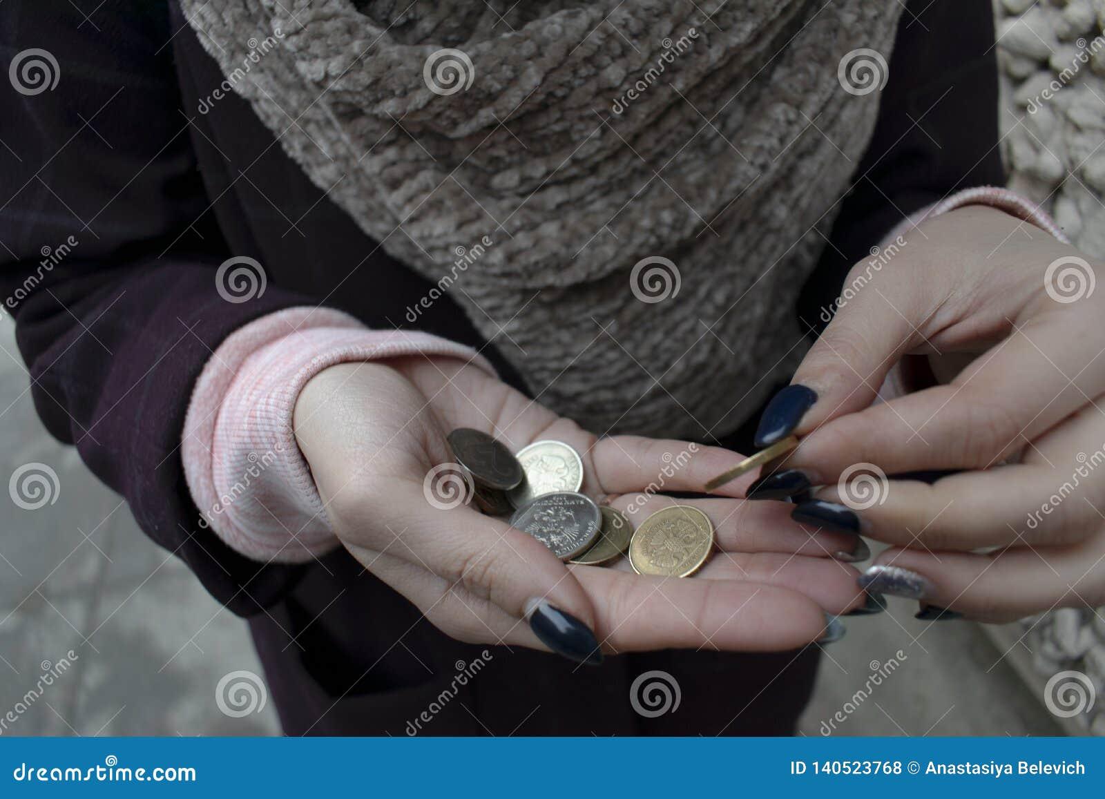 老妇人在城市计数少量变化 灰色全部