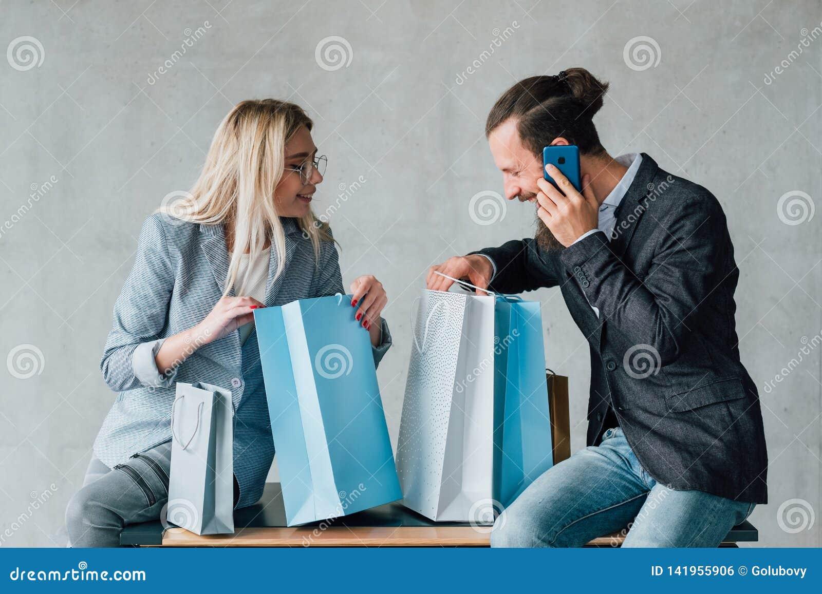 购物的享受偶然休闲夫妇坐袋子
