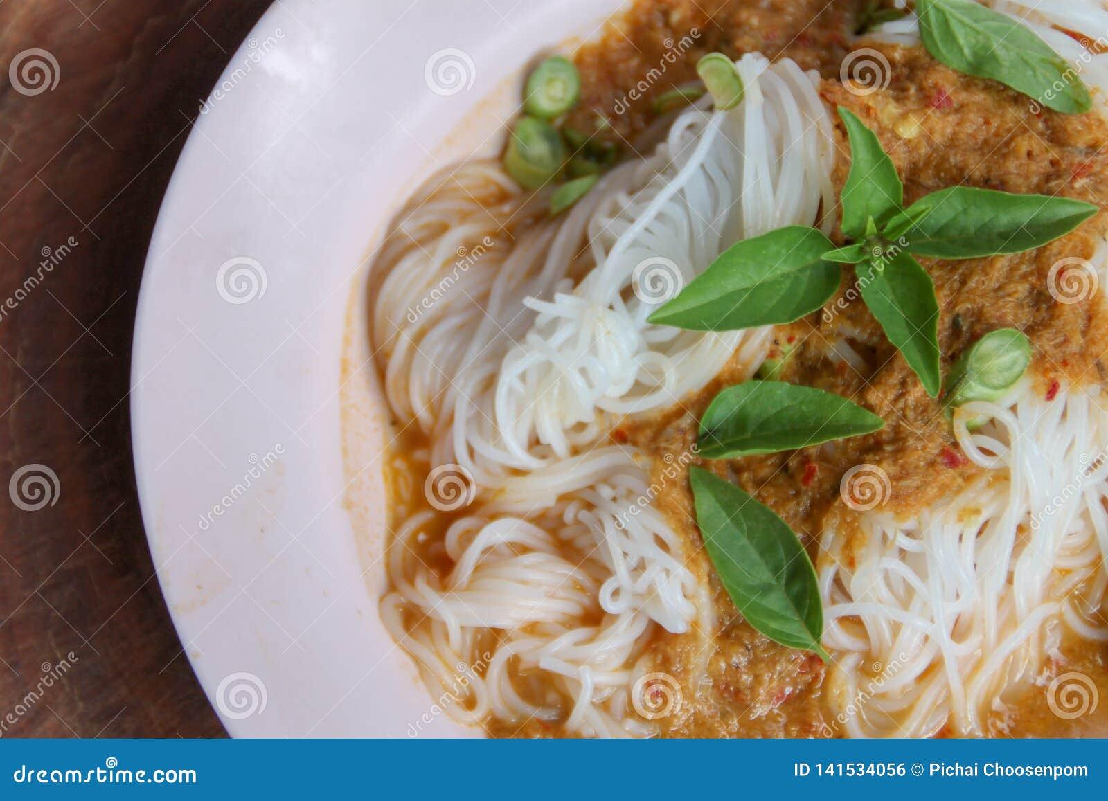蒸汽泰国米细面条用红色咖喱和vetgetable