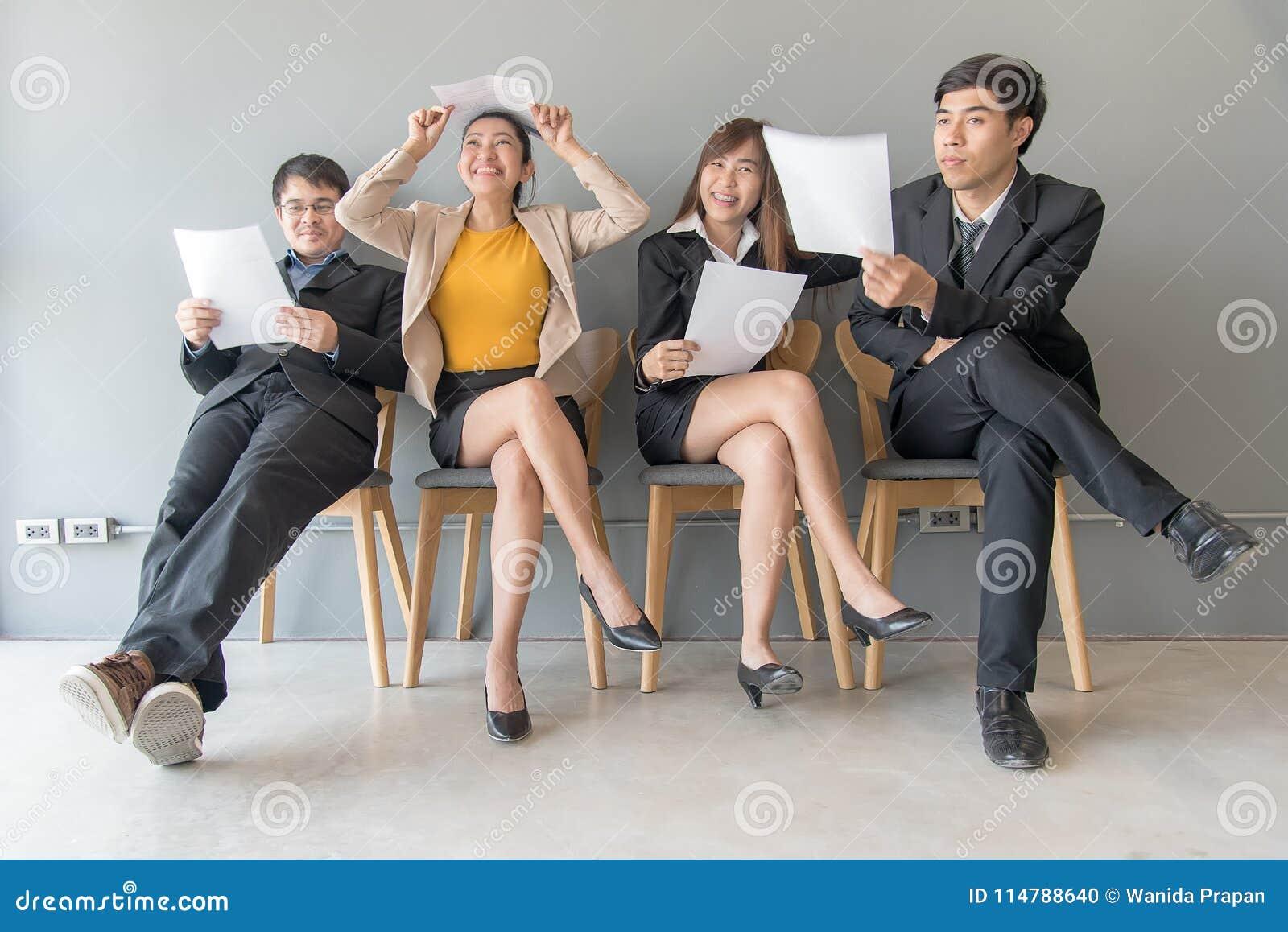 è diventato il job hysterical uno di intervista loro Il gruppo di gente asiatica esamina il documento mentre aspetta l intervista