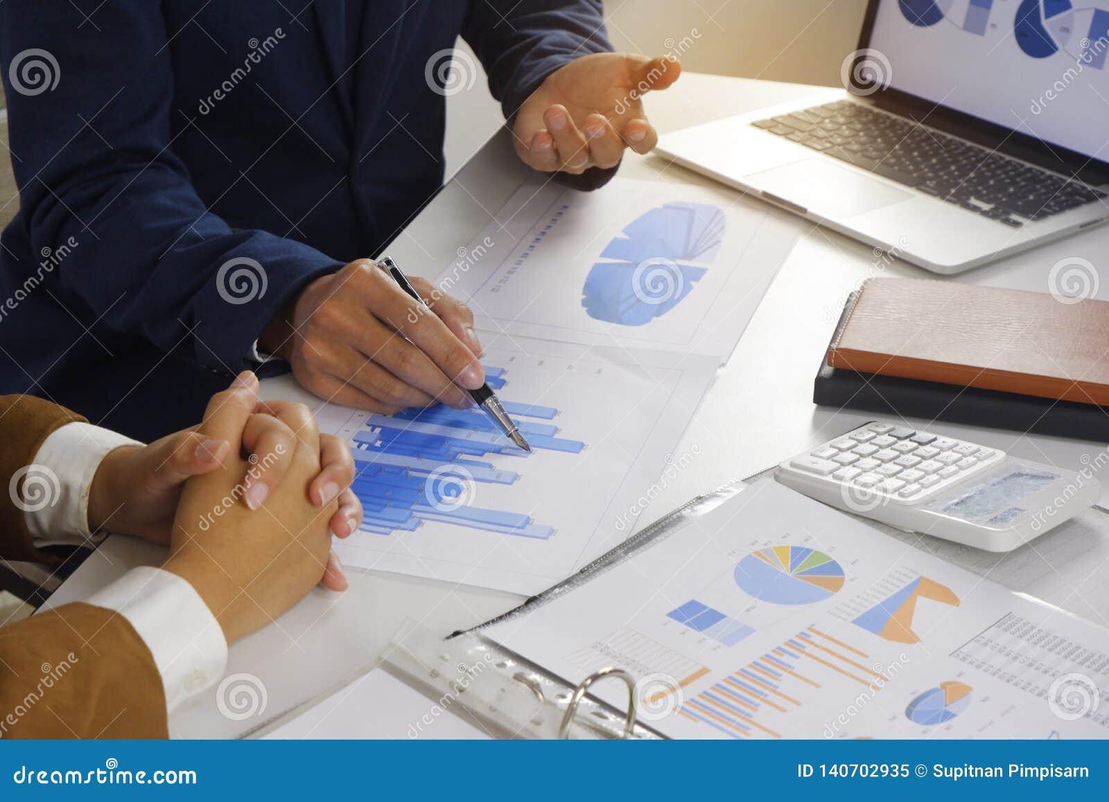 遇见设计想法,职业投资者的买卖人工作在起动新的项目的办公室