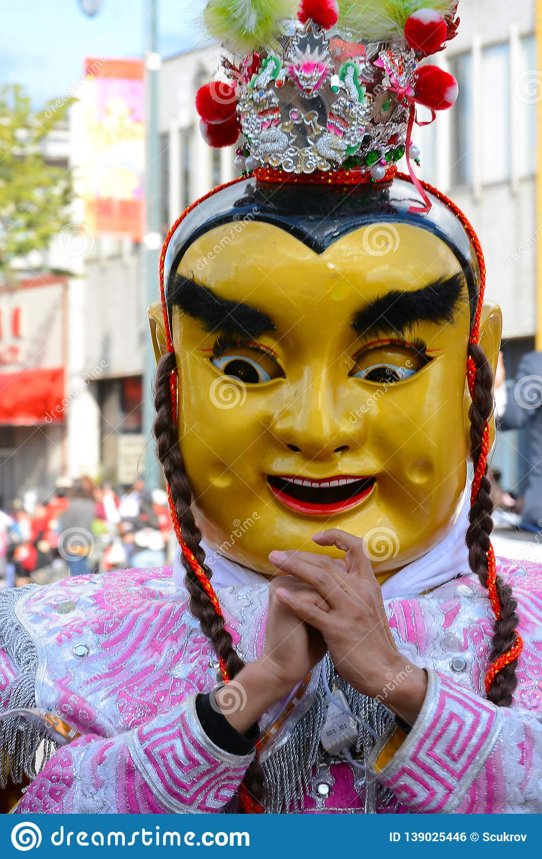 面具的在金黄龙游行的执行者和服装,庆祝农历新年