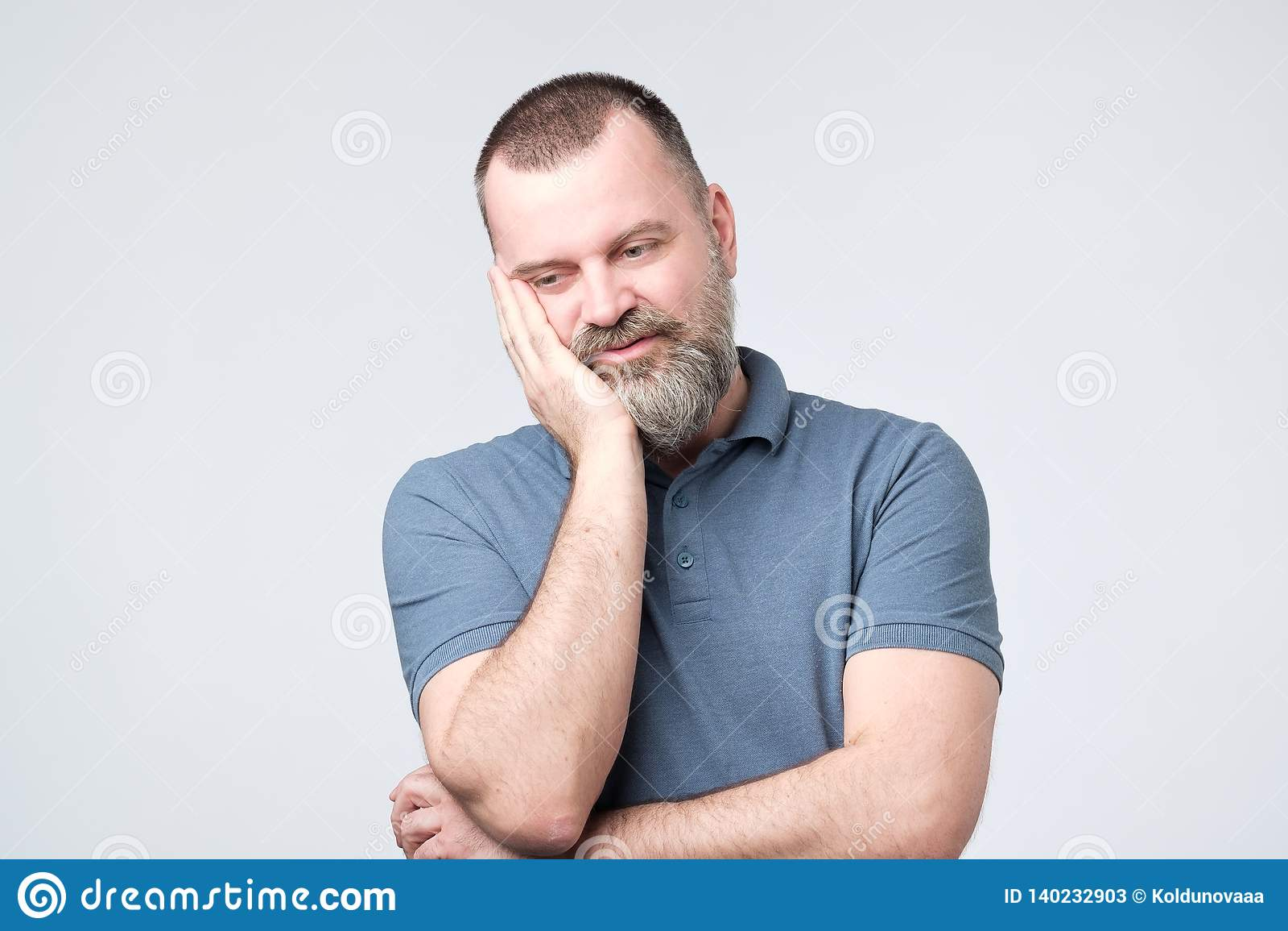 非常乏味成人人用胡子面颊一会儿的藏品手支持它用另一只横渡的手