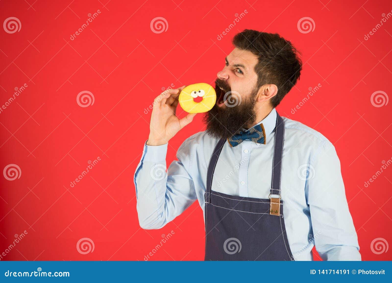 食用快餐 饮食和健康食物 贝克吃多福饼 咖啡馆的厨师人 卡路里 感受饥饿 有胡子的面包师 博若莱红葡萄酒