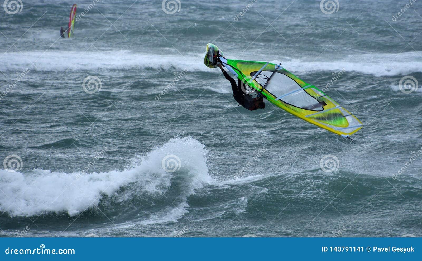 风帆冲浪跳高在风暴