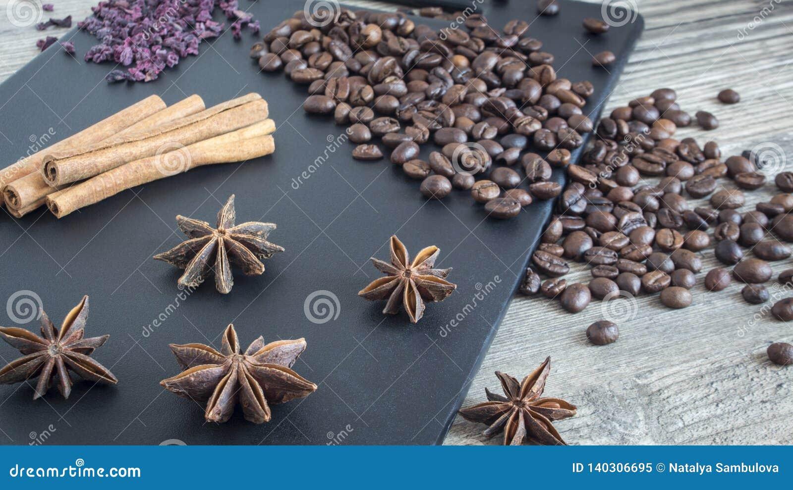 香料和食物在木背景 肉桂条、八角和咖啡豆 家庭烹饪的成份