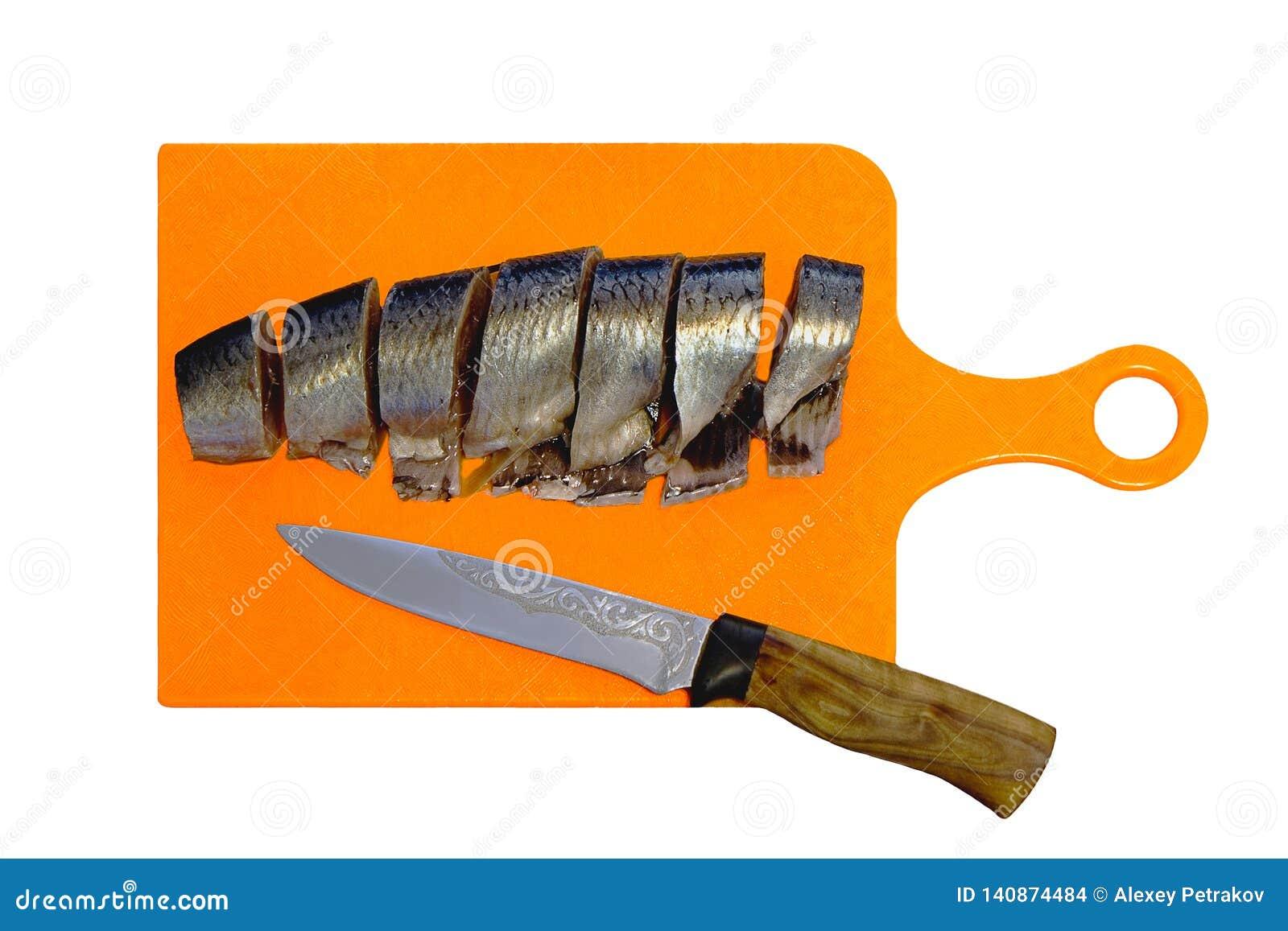鲱鱼片断在切板的