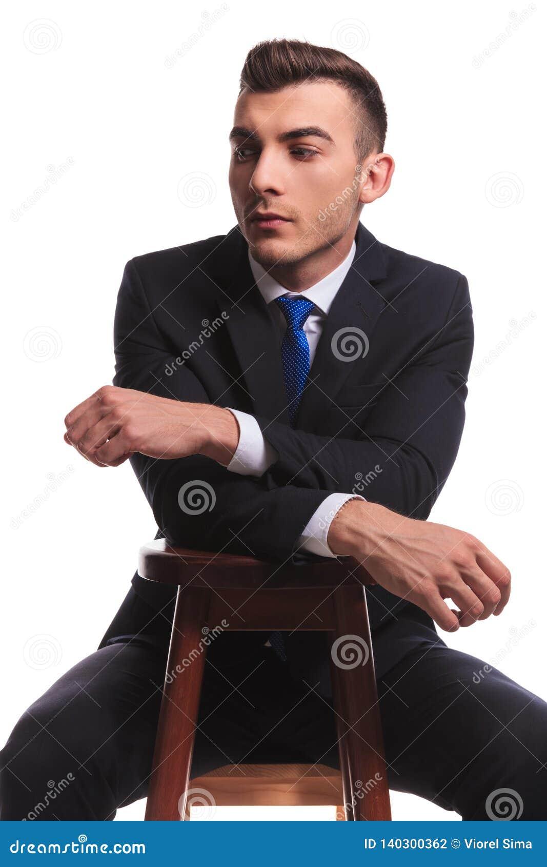 黑衣服的人用手在椅子横渡了