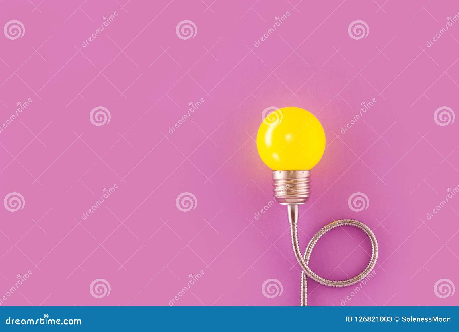 Één gele decoratieve lamp op een lichte violette achtergrond