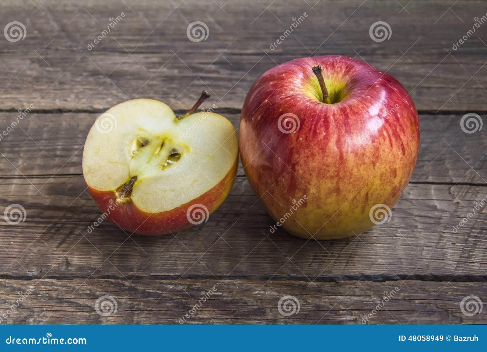 Één grote en één gehakte appel