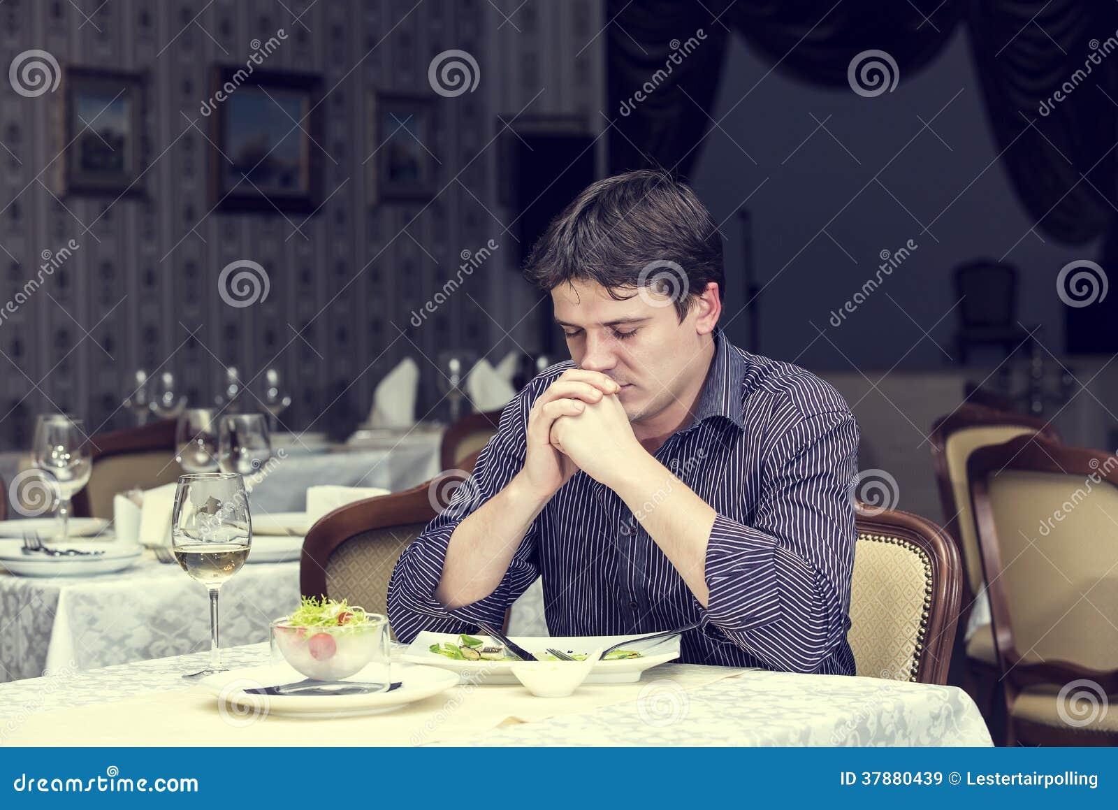 Één jonge mens dineert