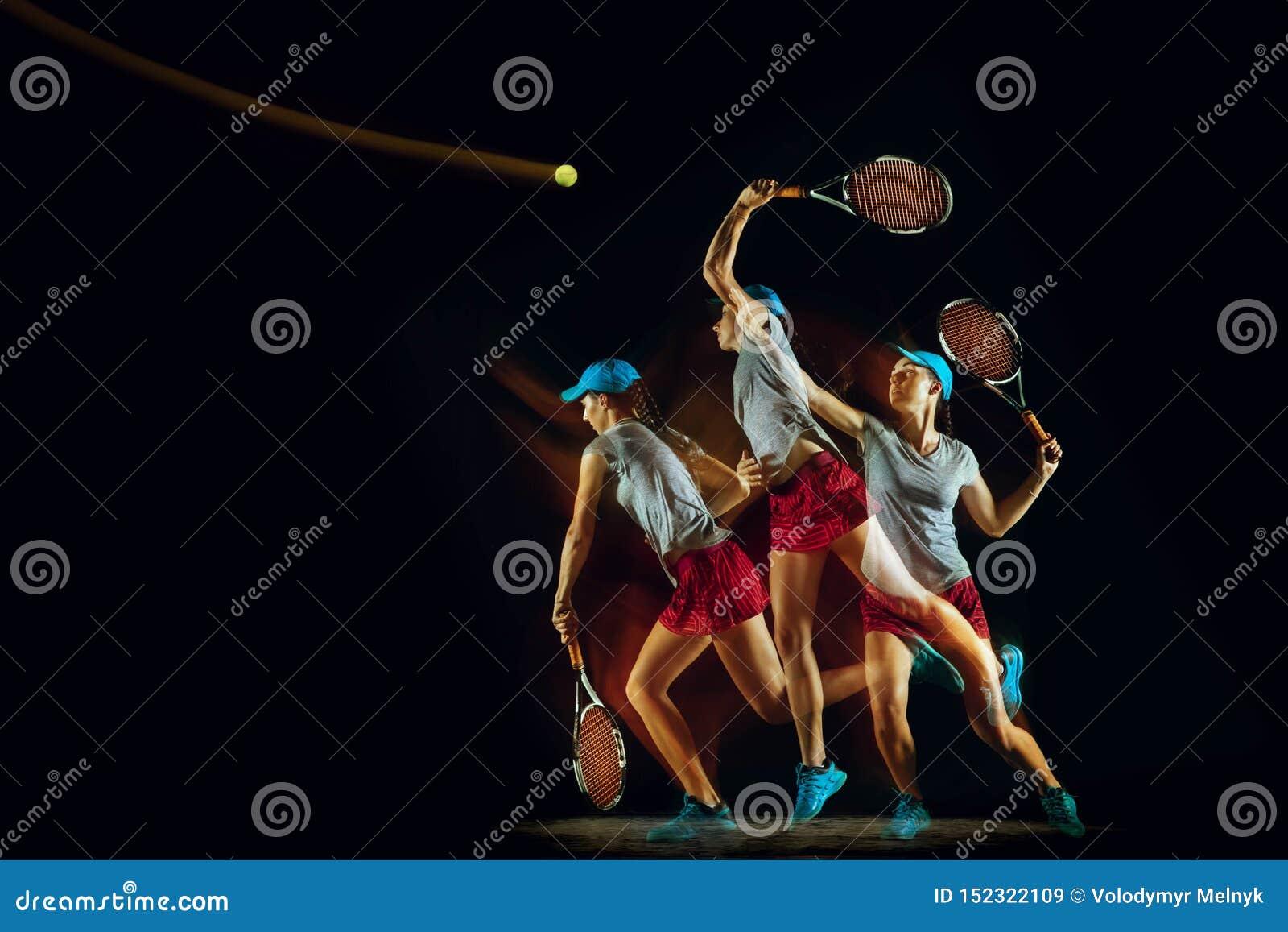 Één Kaukasisch vrouwen speeltennis op zwarte achtergrond in gemengd licht