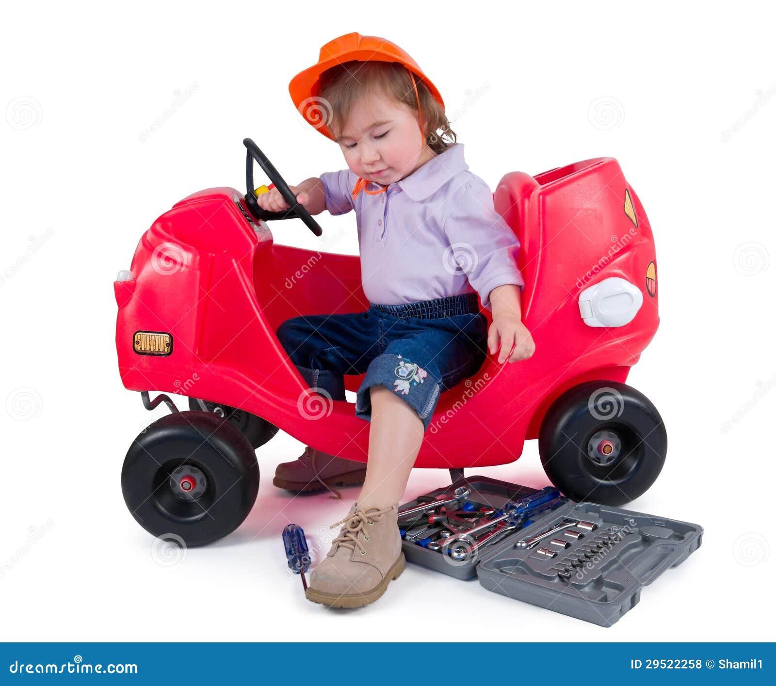 N klein meisje die stuk speelgoed auto herstellen royalty vrije stock foto 39 s afbeelding - Klein meisje idee ...