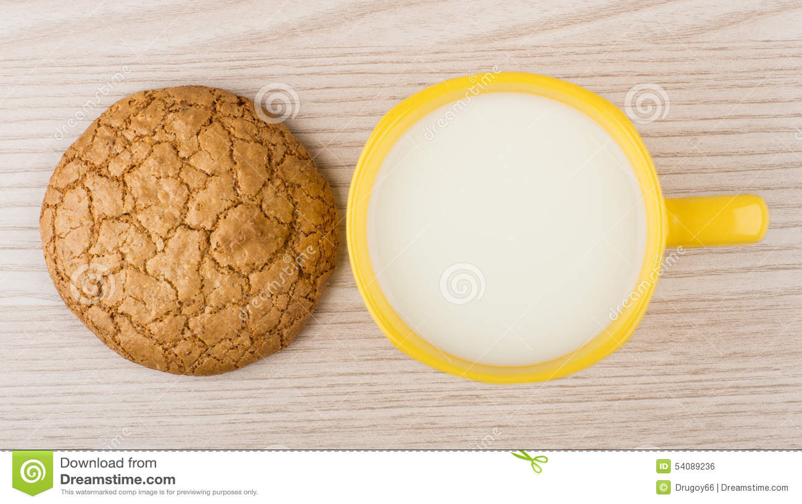 Één koekje en kop van melk op lijst
