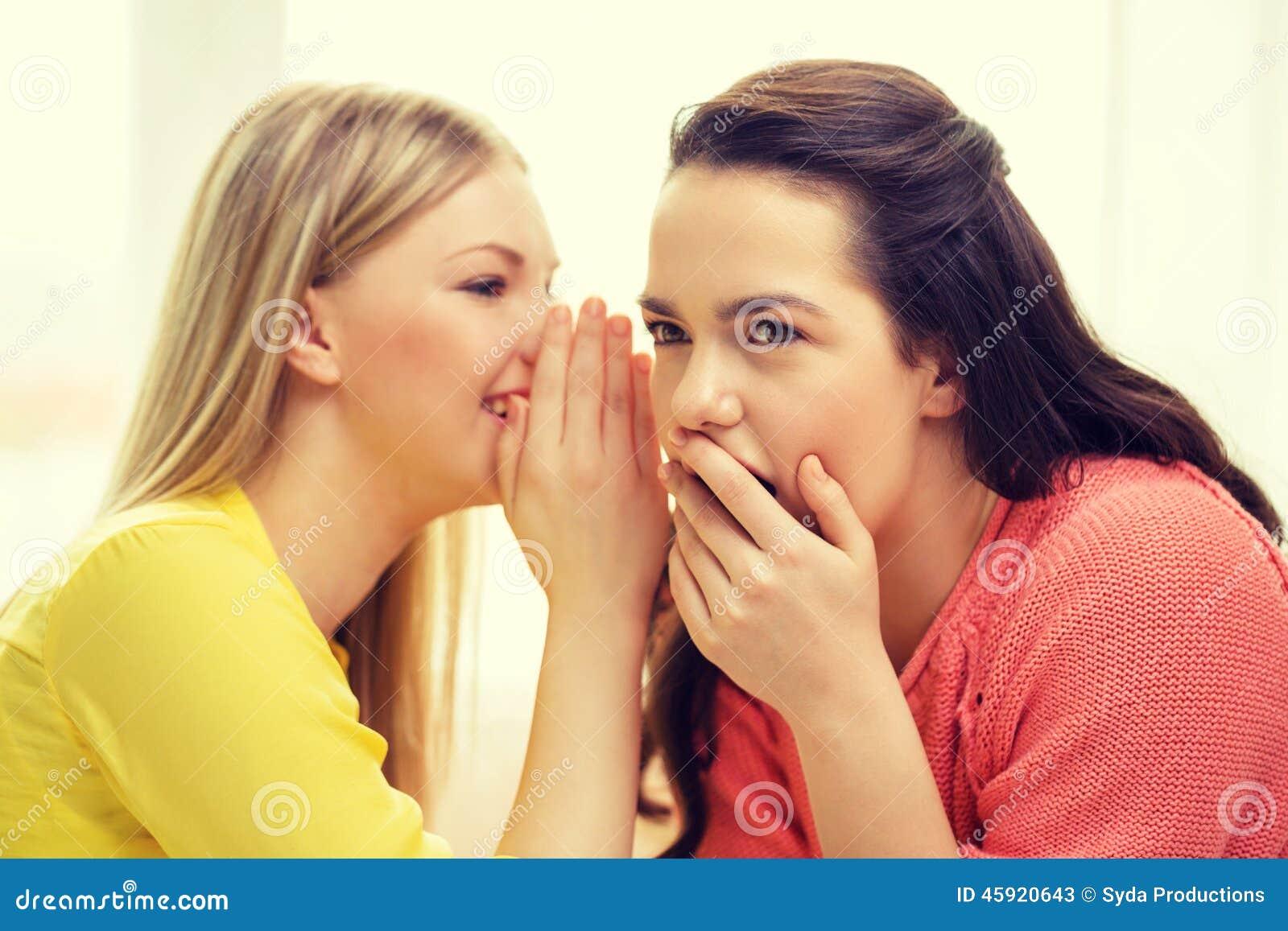 Één meisje die een ander geheim vertellen