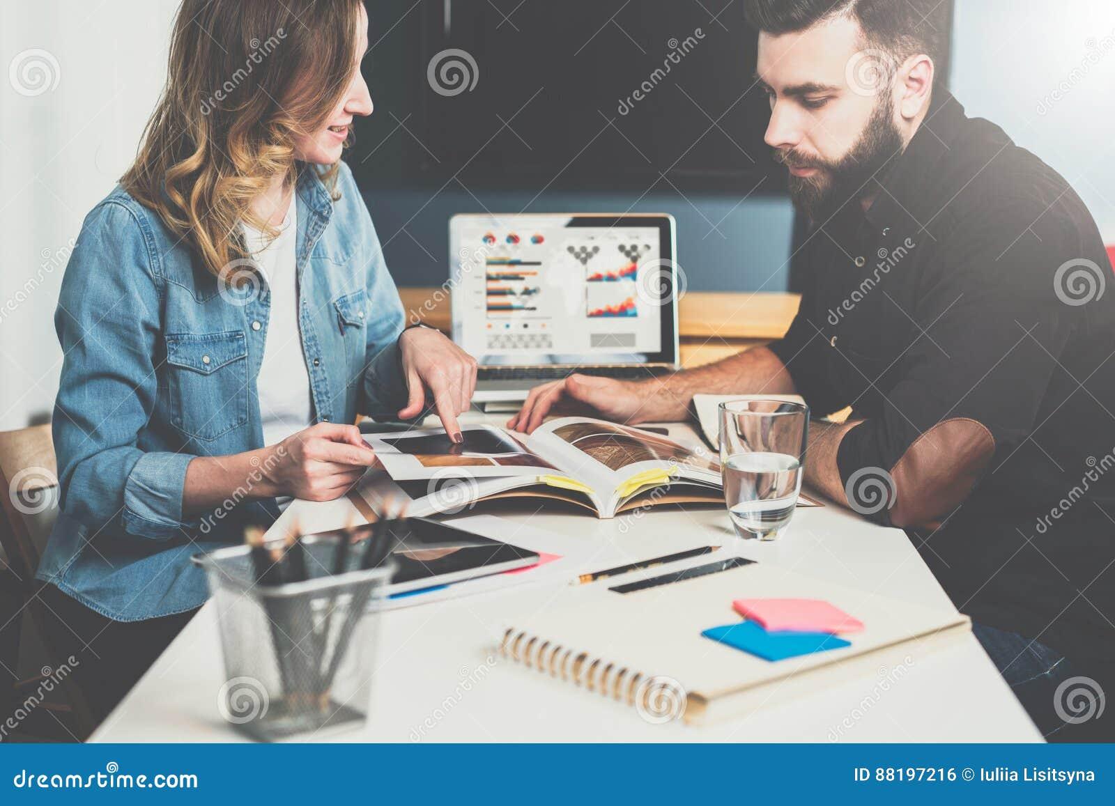Één op één vergadering Commerciële vergadering Op lijst is laptop en notitieboekje met grafieken en diagrammen op het scherm Onli