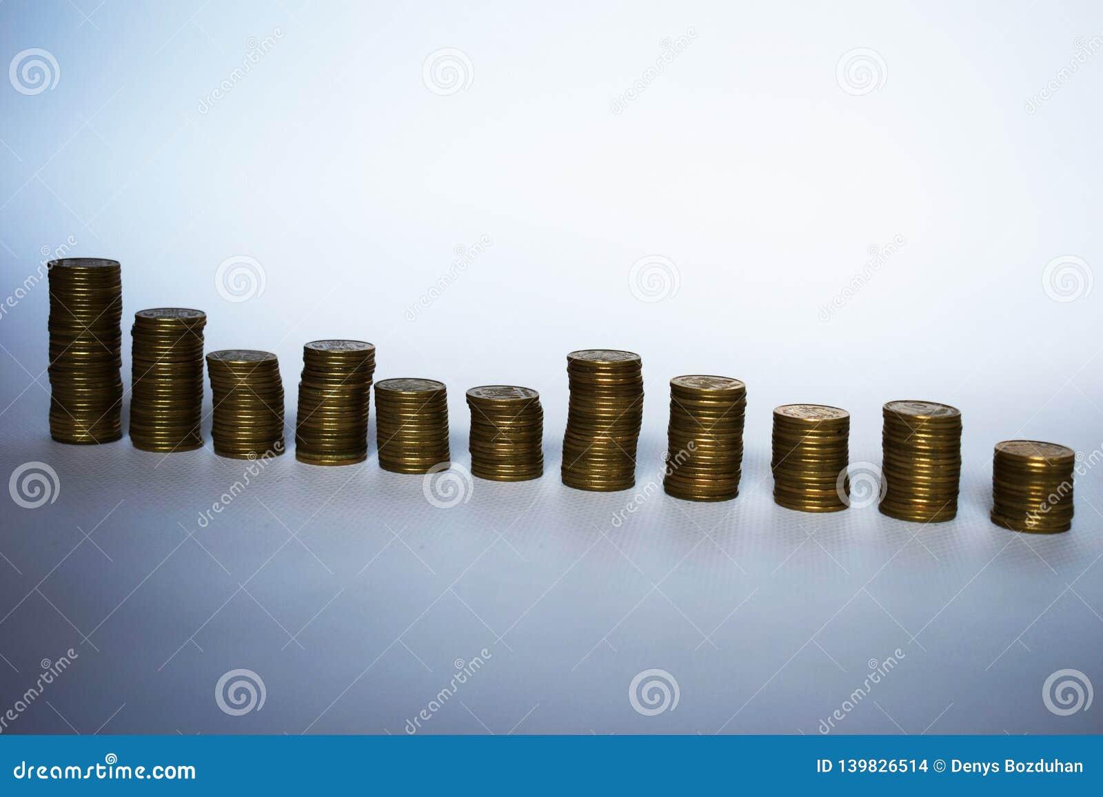 Één rij van stapels van muntstukken Tendensen aan de groei Silhouetten van geïsoleerde muntstukstapels Stapels verschillende hoog