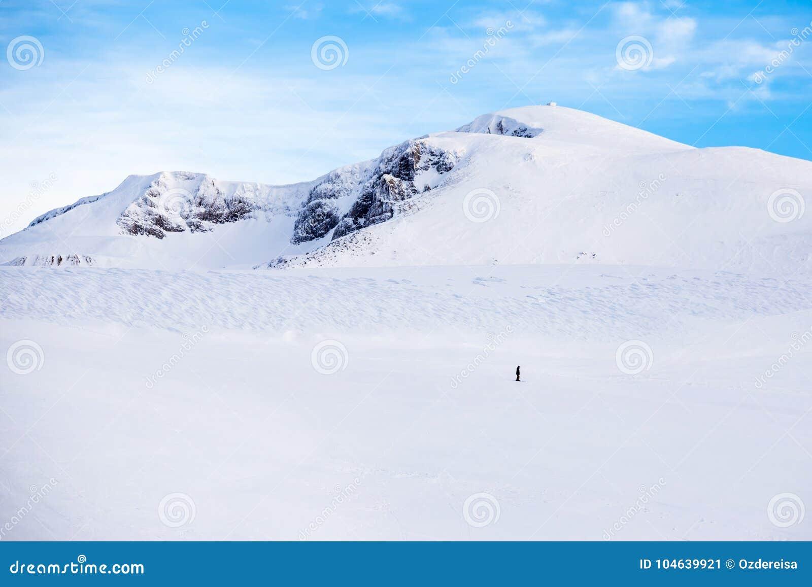 Één snowboardersnowboards op de bodem van sneeuwberg