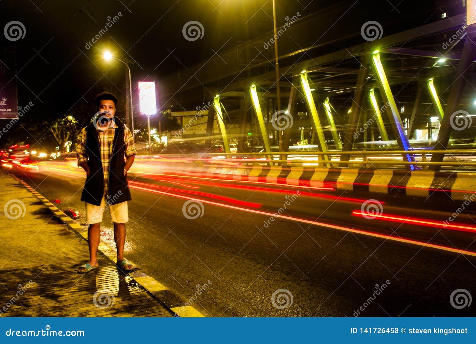 Één van de bruggen die twee steden in de slechte stad van Batu verbindt