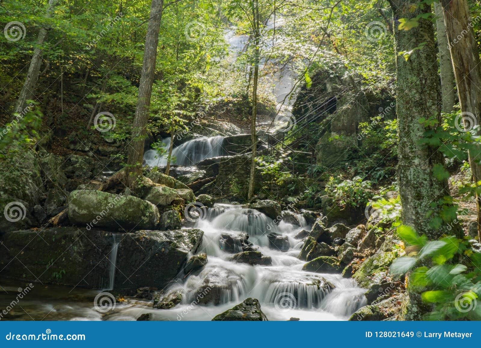 Één van de Vele Magische Watervallen door de Crabtree-Dalingensleep