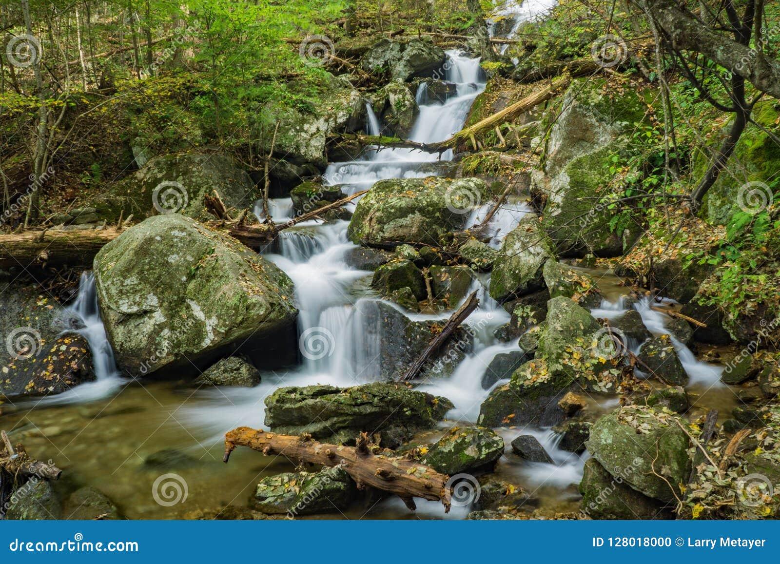 Één van de Vele Mooie Watervallen door de Crabtree-Dalingensleep