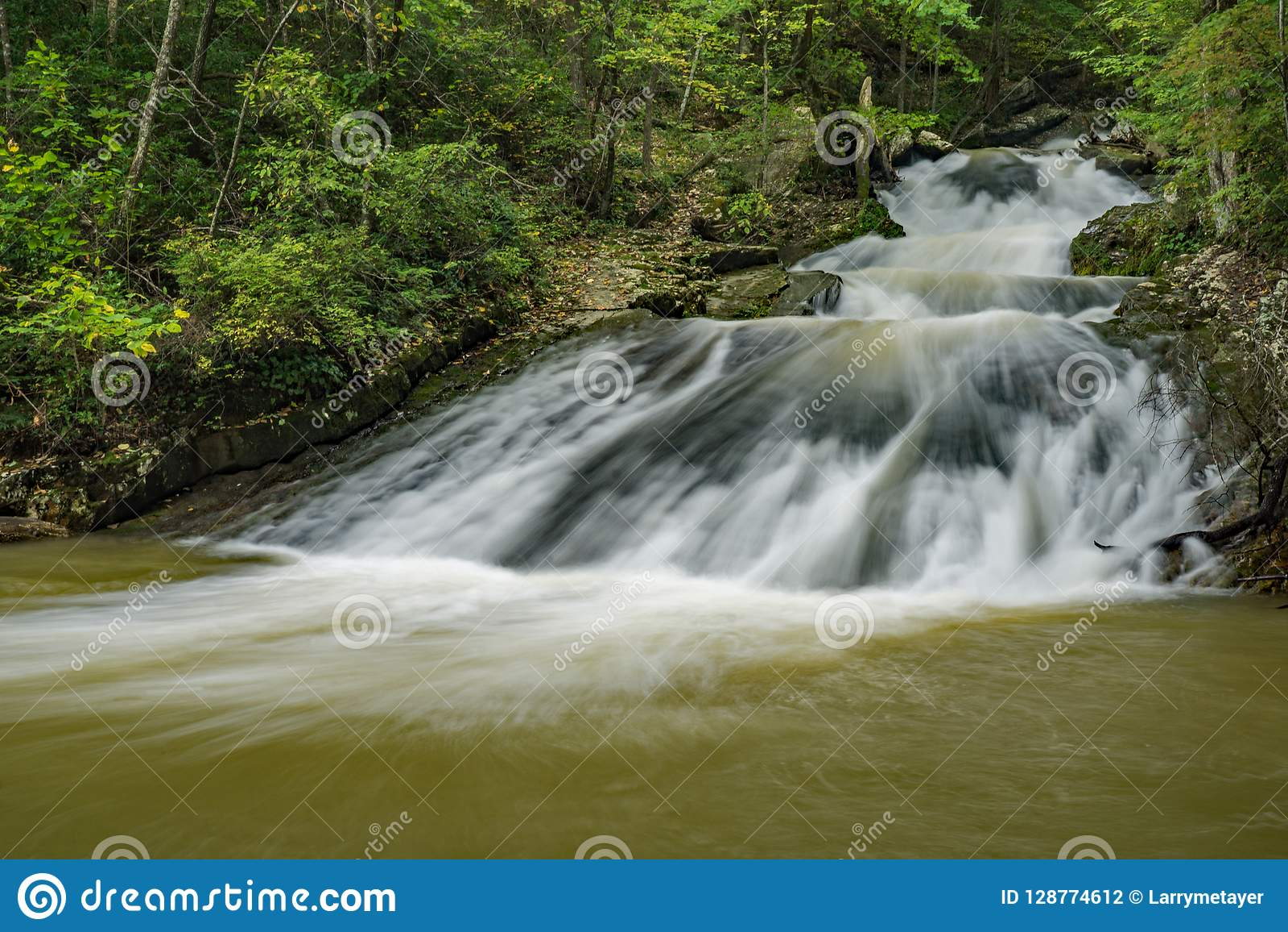 Één van de Vele Watervallen bij gebrul In werking gesteld Recreatief Gebied