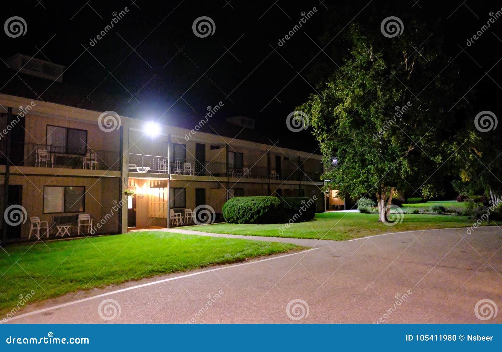 Één verhaal Amerikaans die motel tijdens het vallen van de avond wordt gezien