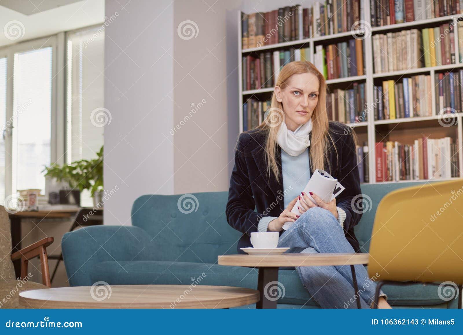 boek 40 jaar vrouw Één Vrouw, 40 Jaar Oud, Houdend Tijdschrift, Die In Boekhandel  boek 40 jaar vrouw