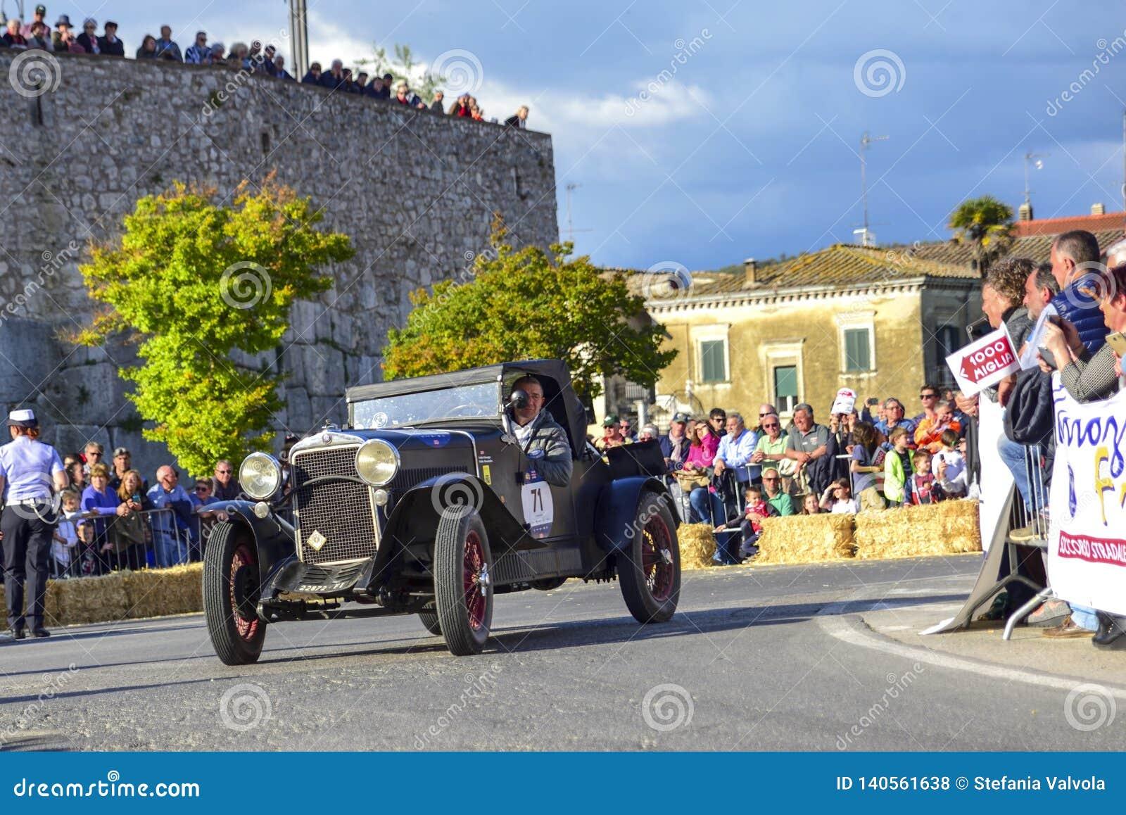阿米莉雅,意大利,2018年5月 Mille Miglia 1000英里,历史葡萄酒赛车 驾驶历史的菲亚特的两个人 在路上