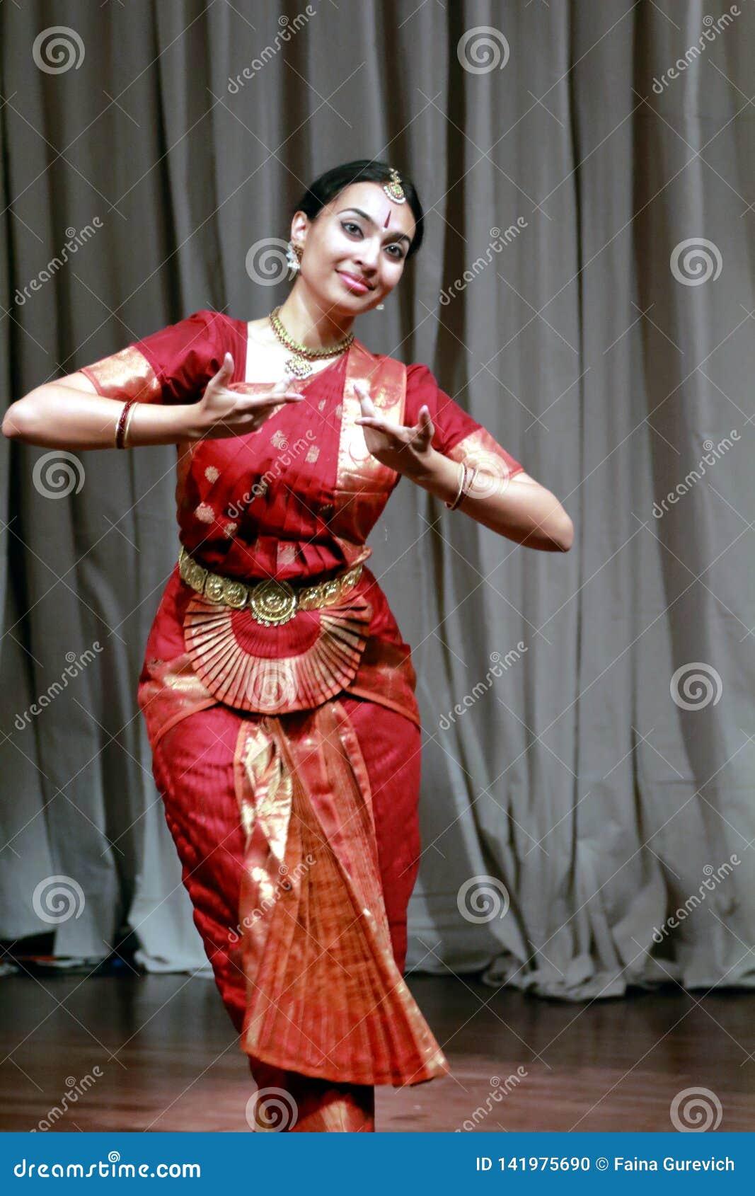 阿鲁纳执行bharatanatyam古典舞蹈的卡罗德在布兰顿艺术馆