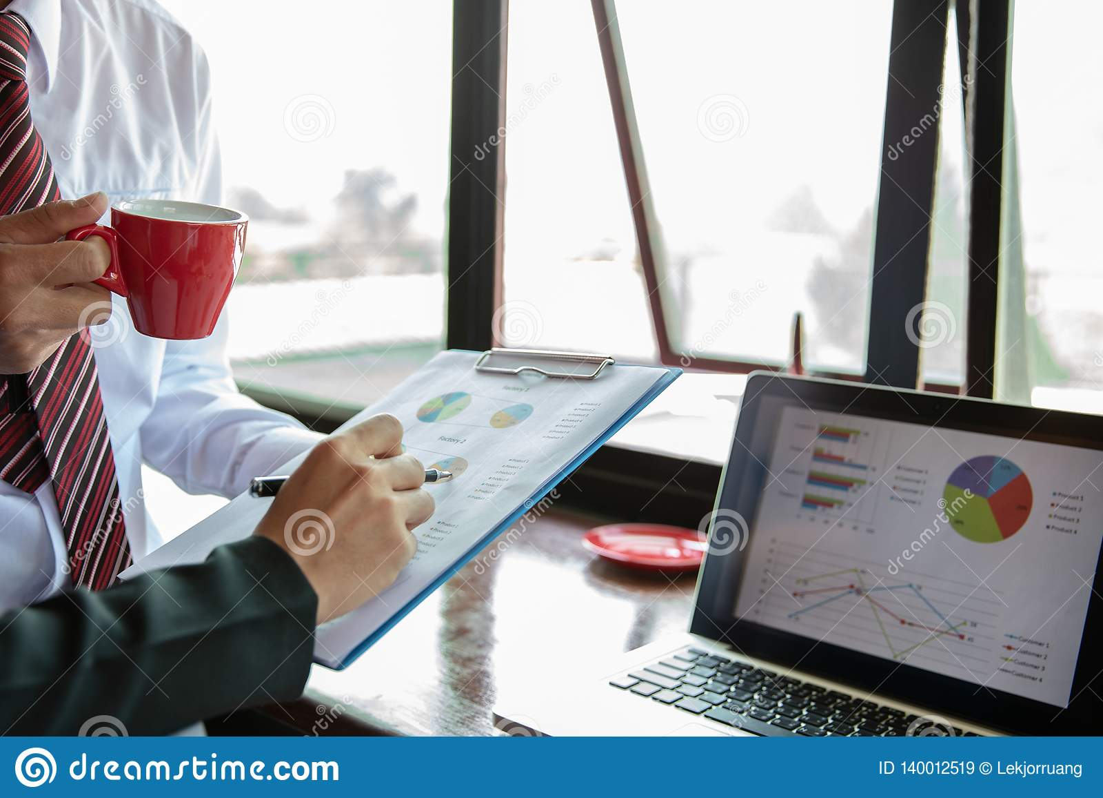 队工作过程 年轻业务经理乘员组与新的起始的项目一起使用 在木桌,键入的键盘上的labtop,发短信