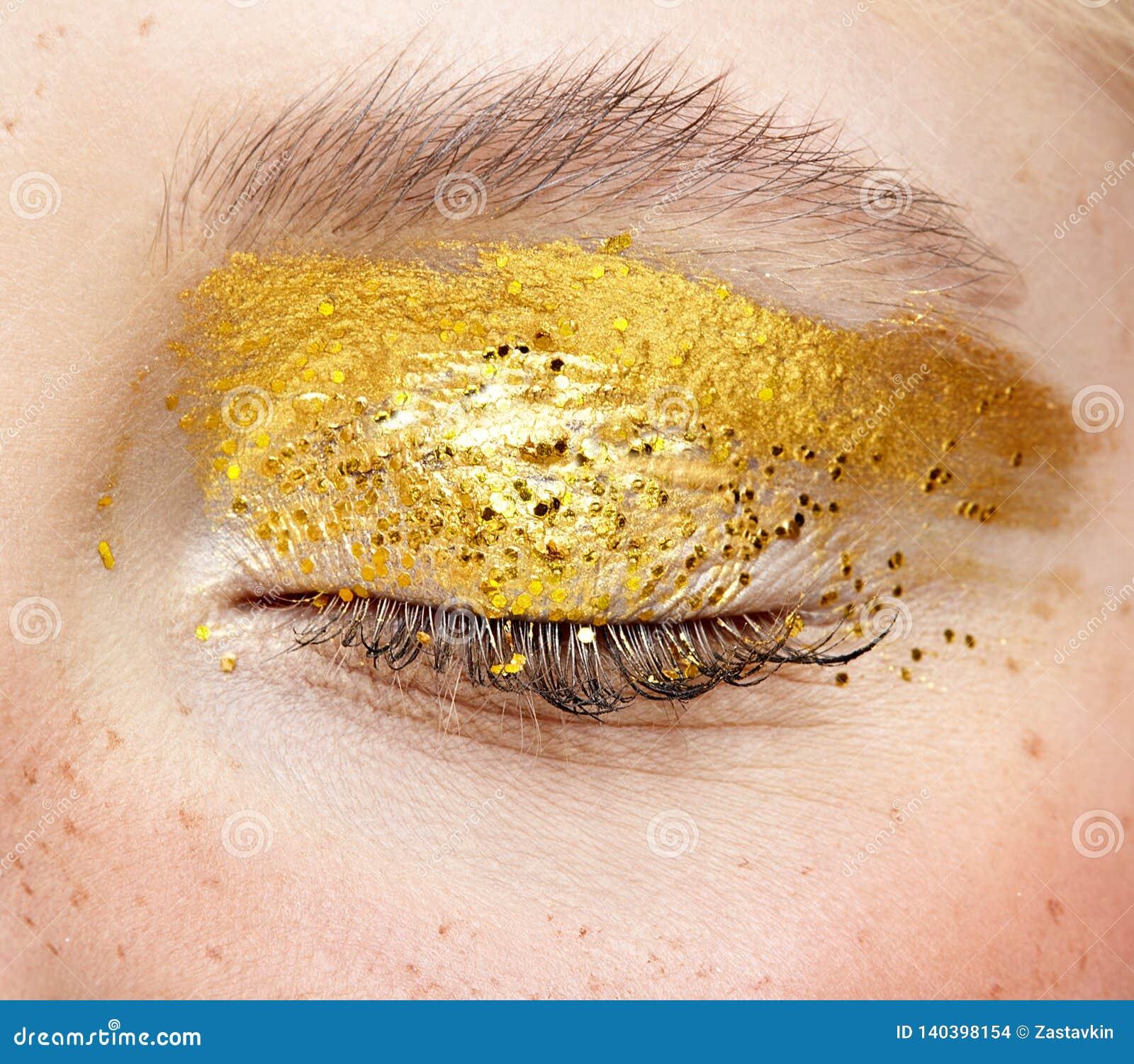 闭合的人的女性眼睛特写镜头宏观射击与黄色发烟性眼睛秀丽构成的