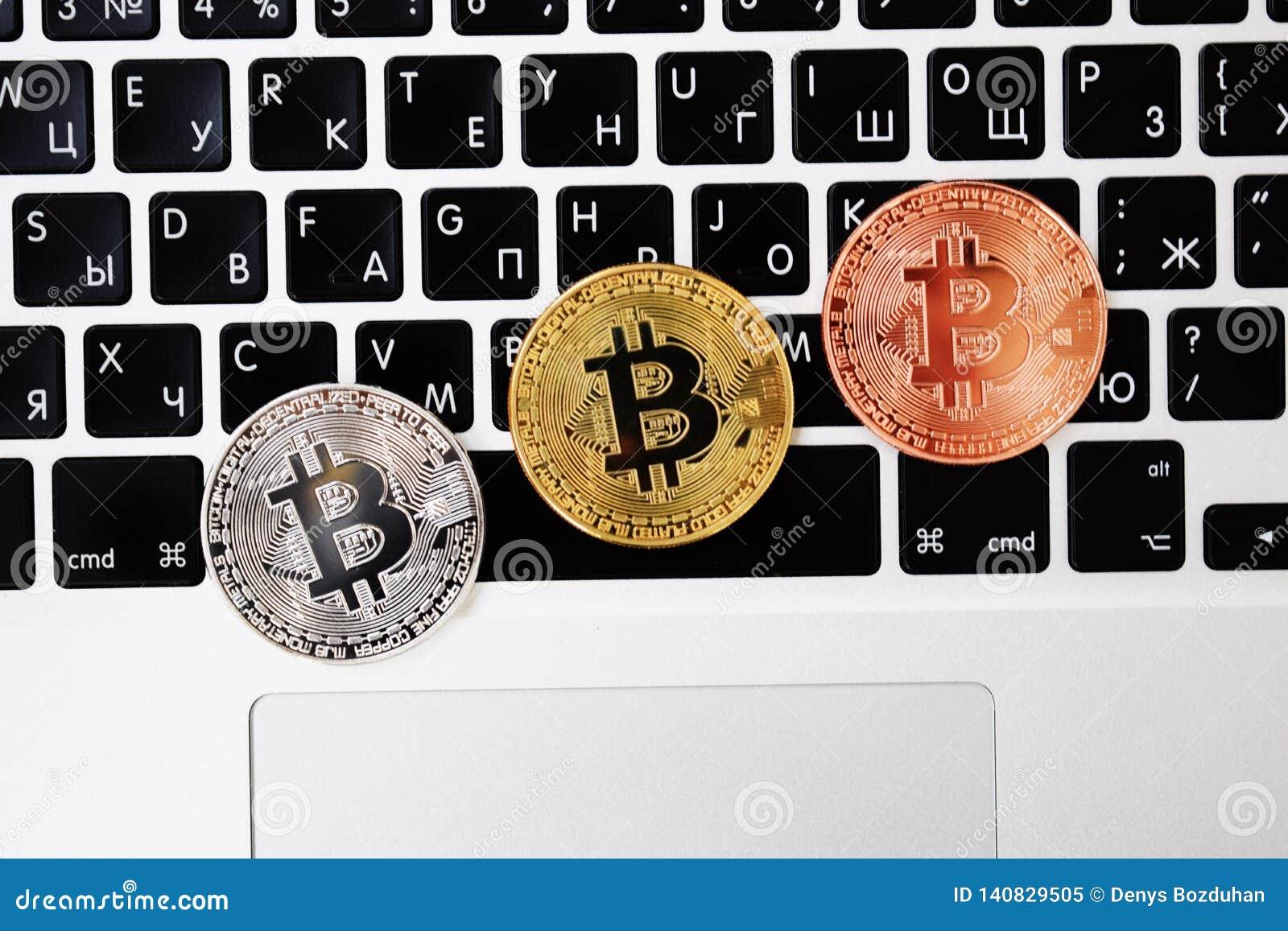 金币在键盘手提电脑的bitcoin货币,电子财务概念 Bitcoin硬币 事务,商务,