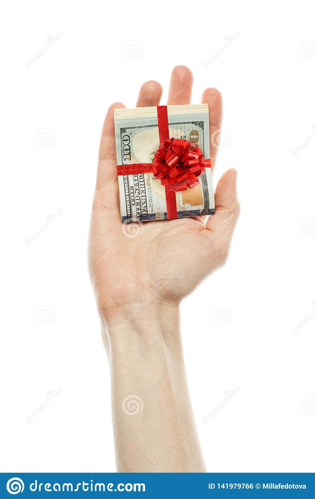 金钱礼物 美国美元在白色背景隔绝的男性手上兑现与红色丝带 美元100钞票