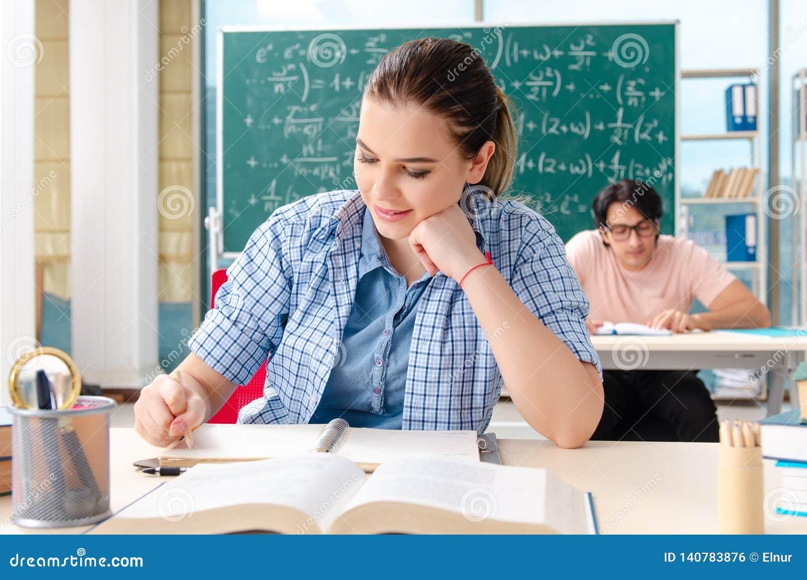 采取数学考试的年轻学生在教室